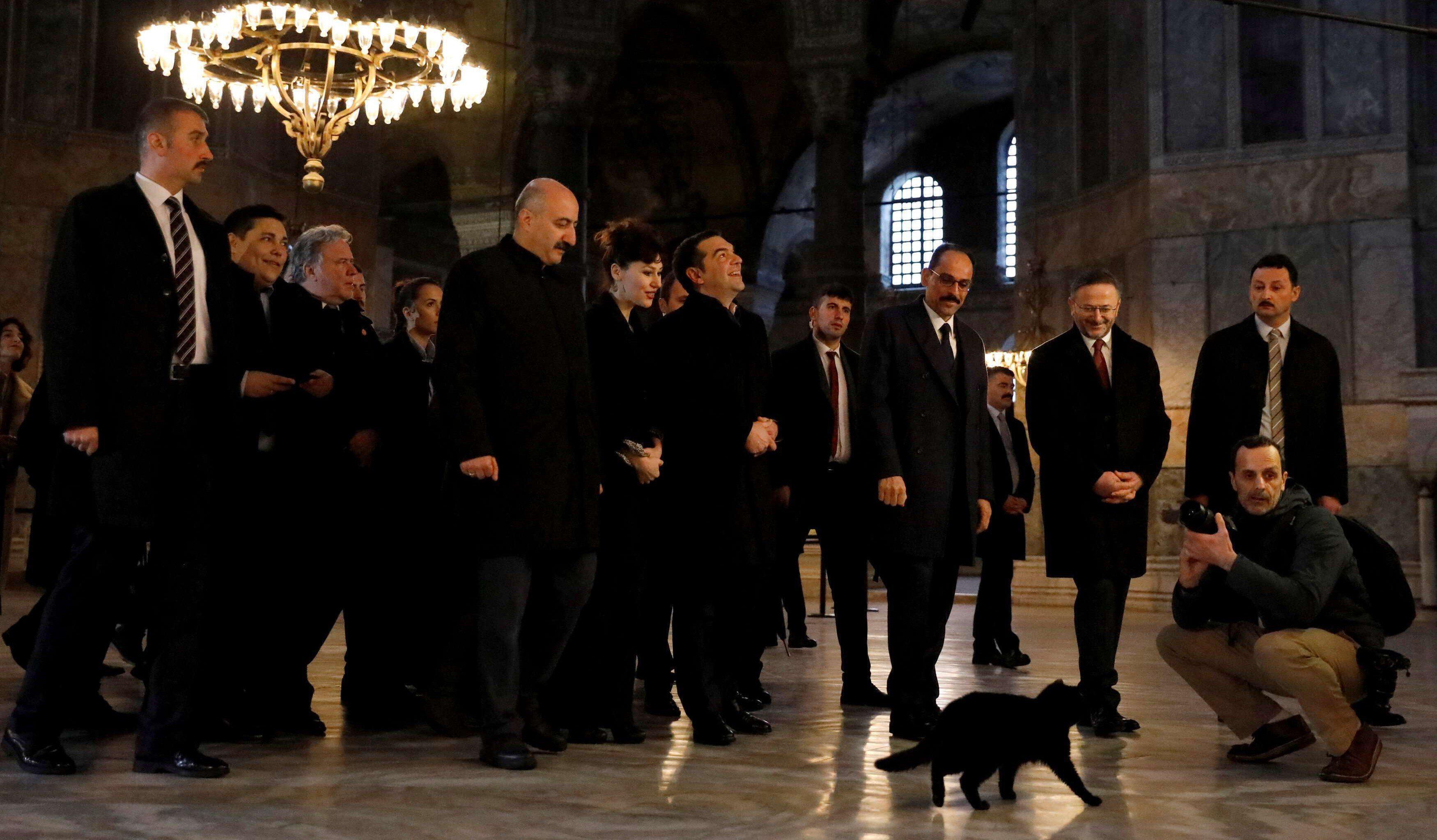 Στην Αγιά Σοφιά ο άθεος Τσίπρας: Επικοινωνιακό σόου στα «κόκκαλα» της ιστορίας – Πλάι-πλάι με το «δεξί χέρι» του Ερντογάν