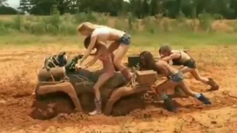 ΑΠΙΣΤΕΥΤΟ ΒΙΝΤΕΟ: Γυναίκες παλεύουν στη λάσπη