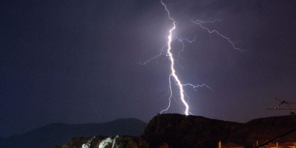 Αρχαιοφύλακες και τουρίστες τραυματίστηκαν από κεραυνό στην Ακρόπολη