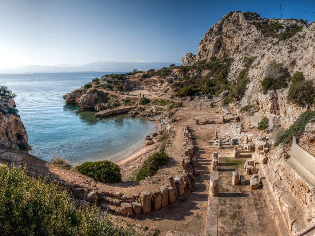 Σκέτη μαγεία: Μια ήσυχη παραλία μέσα σε αρχαιολογικό χώρο – Πολύ κοντά στην Αθήνα [εικόνες]
